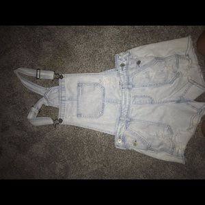 Size small,super cute overall's from holister!